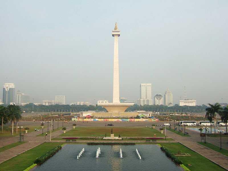 национальный монумент на площади Мердека свободы в джакарте