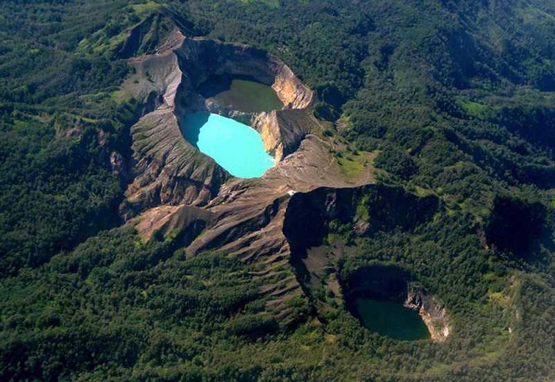 Вулкан и озеро Келимуту в Индонезии