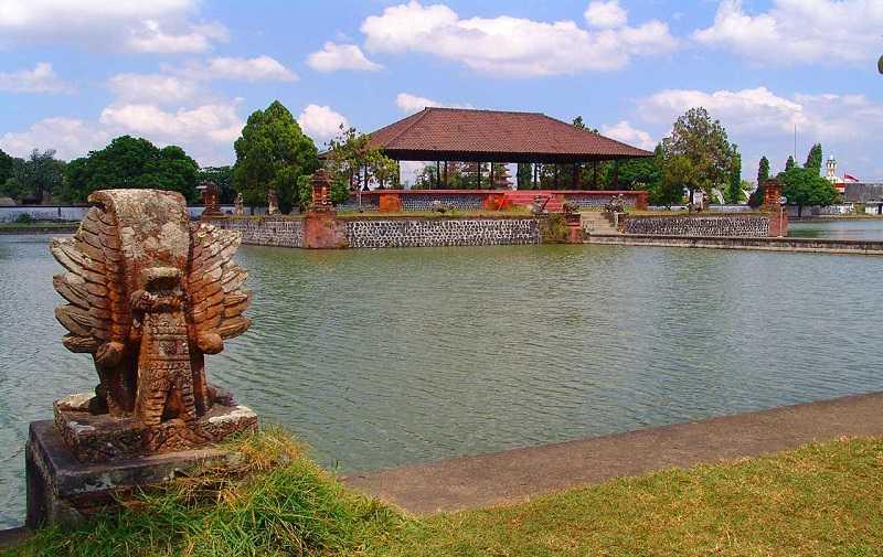 ломбок Водный дворец Маюра