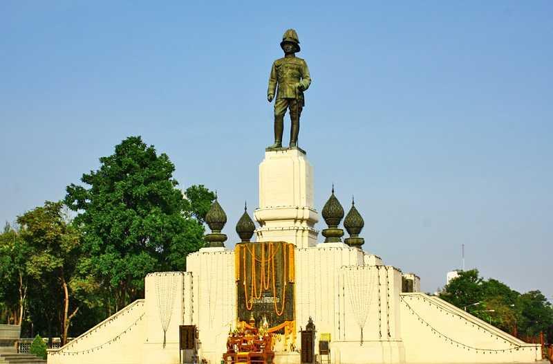 Бангкок Люмпини парк памятник королю Раме VI