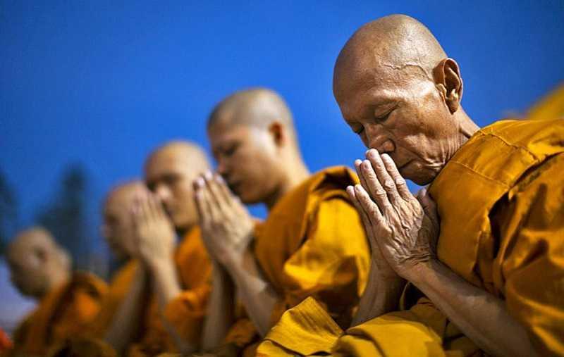Бангкок храм лежащего Будды монахи