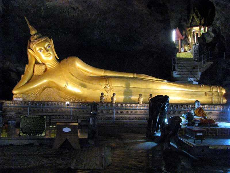 Бангкок храм лежащего Будды центральный зал