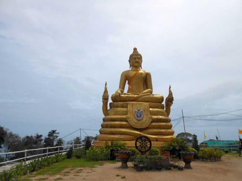 Гора обезьян на Пхукете золотой Будда