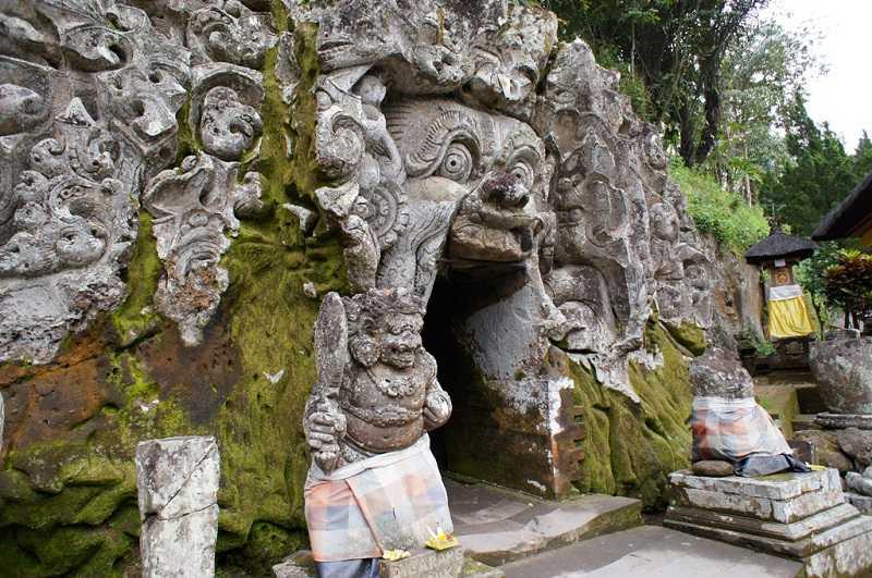 Город Убуд на Бали Слоновья пещера
