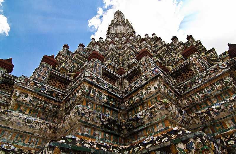 Храм Ват Арун в Бангкоке стены