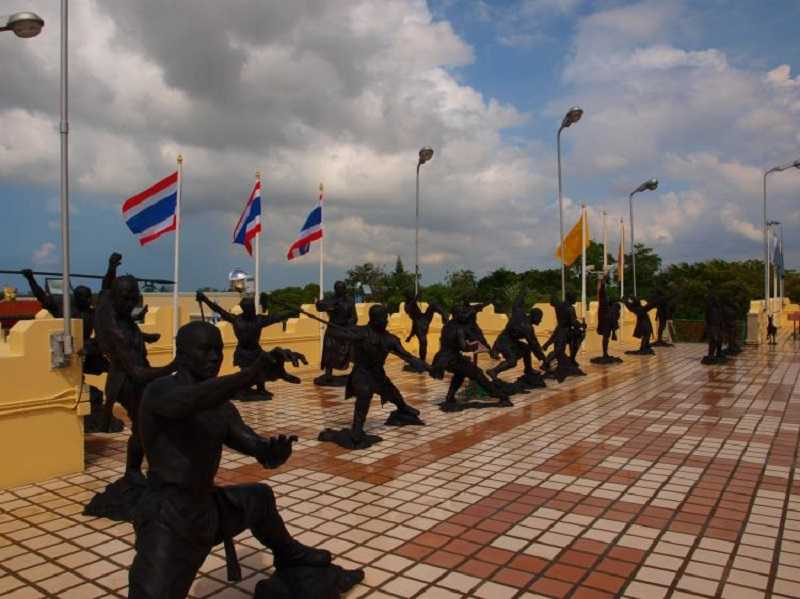 Храм Ват Ян в Паттайе фигуры воинов