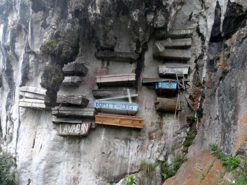 Индонезия Сулавеси висячие гробы