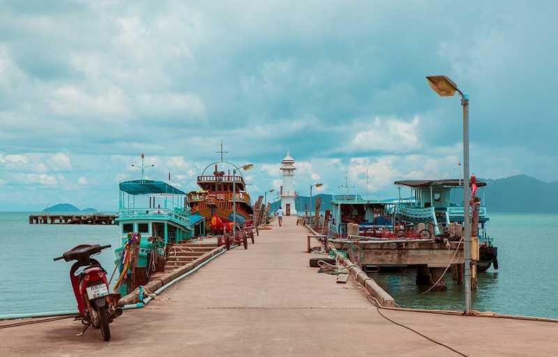 Ко Чанг рыбацкая деревня Банг Бао лодки