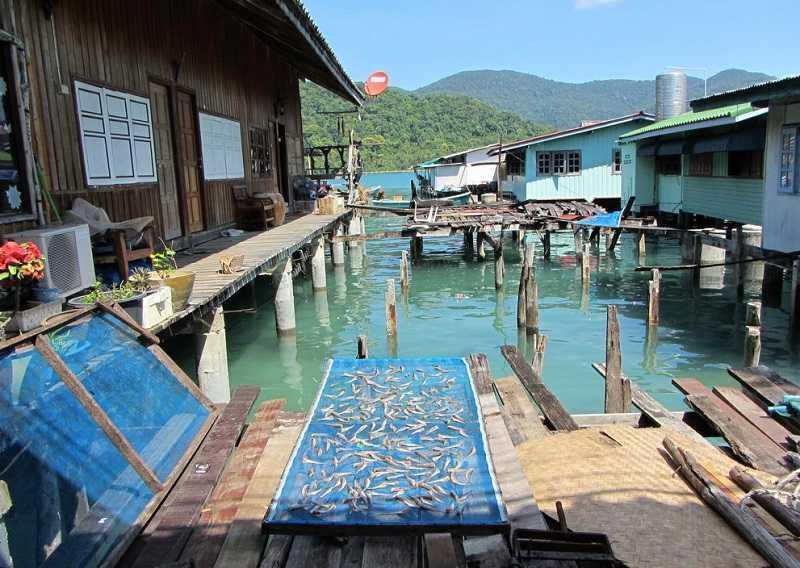 Ко Чанг рыбацкая деревня Банг Бао люди в деревне