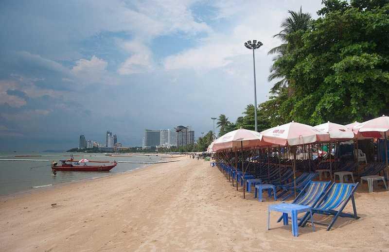 Паттайя пляж Кози Бич лежаки