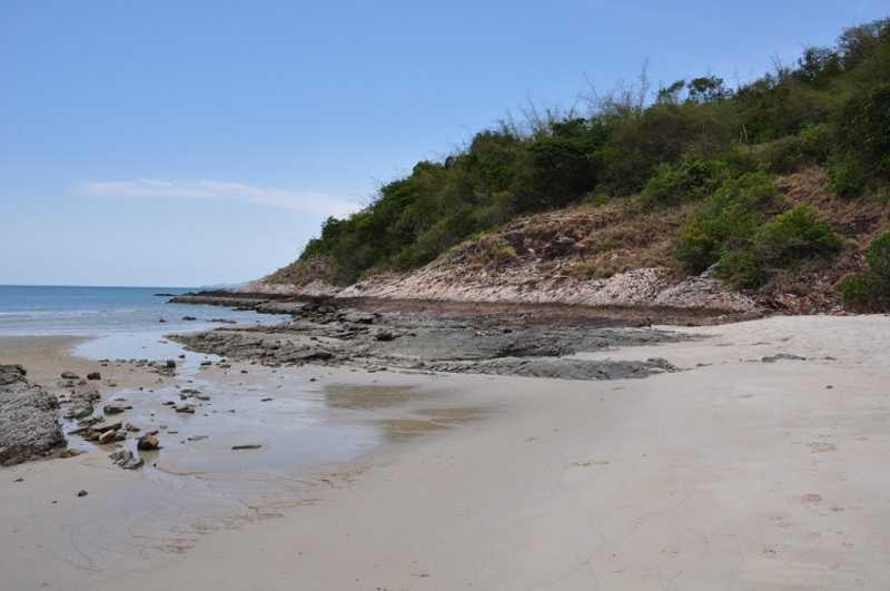Паттайя пляж Сай Кео холмы с зеленью