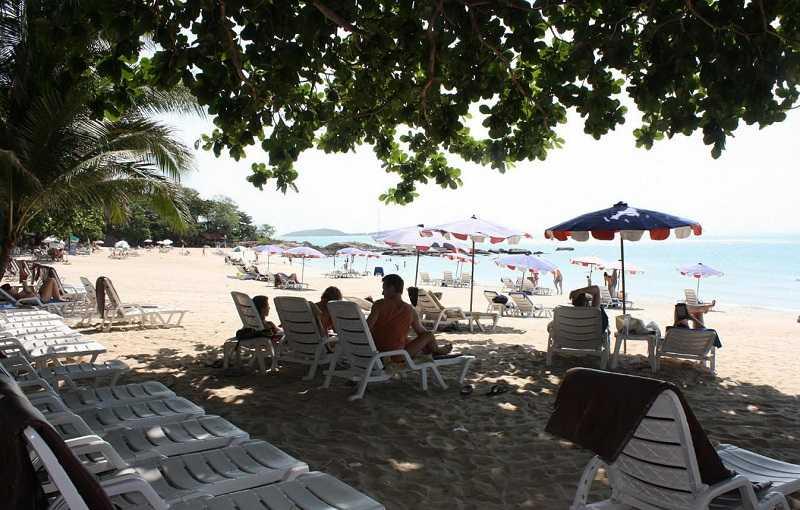 Пляж Чавенг на Самуи лежаки