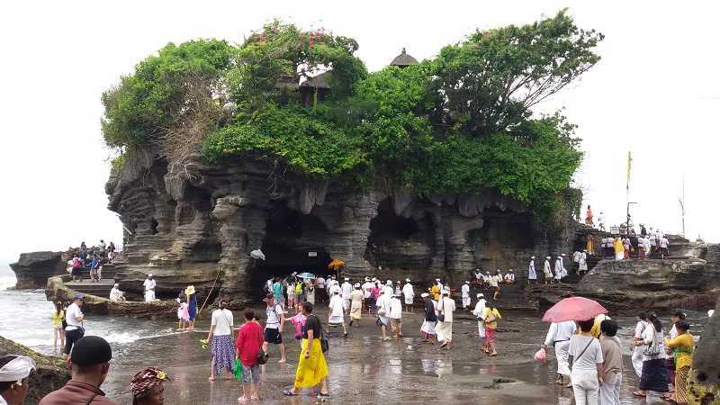 Пура Танах Лот на Бали наблюдение за церемонией