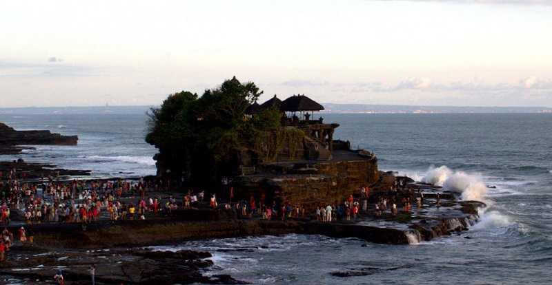 Пура Танах Лот на Бали во время отлива