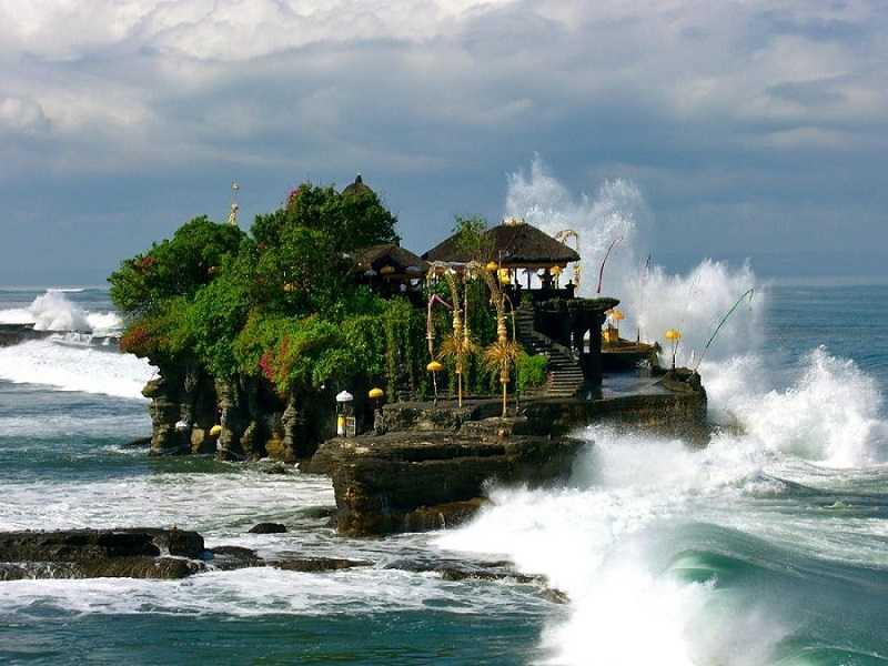 Пура Танах Лот на Бали волны