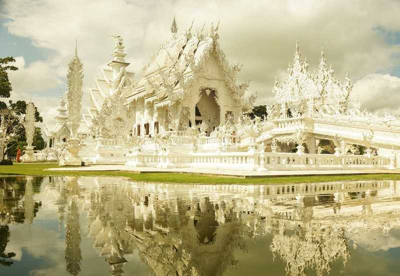Тайланд Белый храм Ват Ронг Кхун чианграй окружен водой