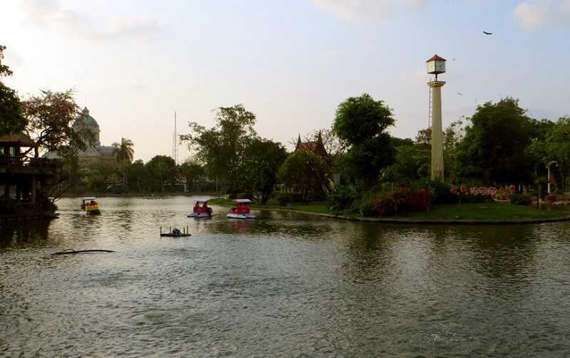 Зоопарк Дусит в Бангкоке река
